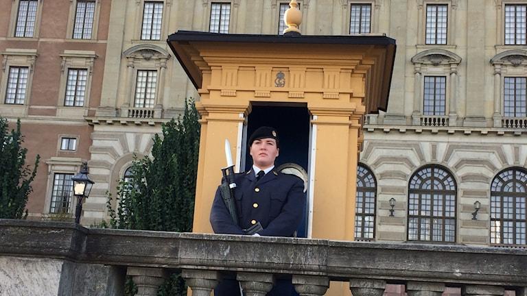 Sara Grimbeck gör högvakten utanför Stockholms slott,