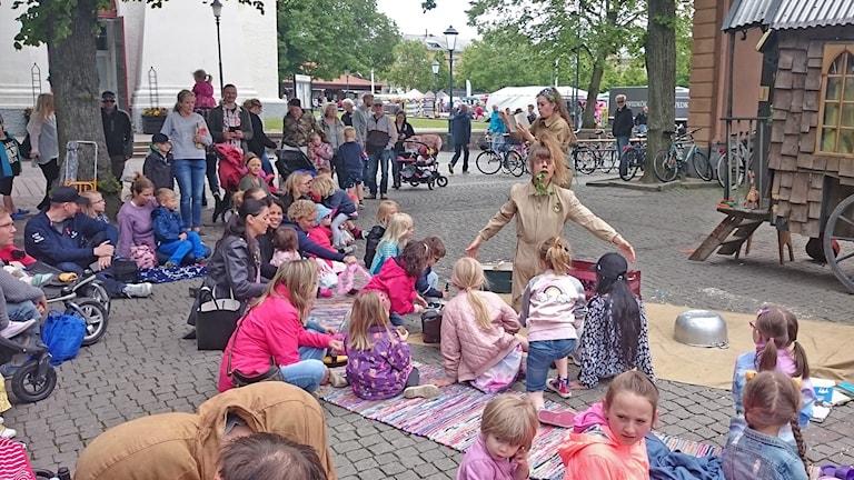 Gott om barn och vuxna i Brunnsparken i Varberg. Foto: Lars Salomonsson/Sveriges Radio