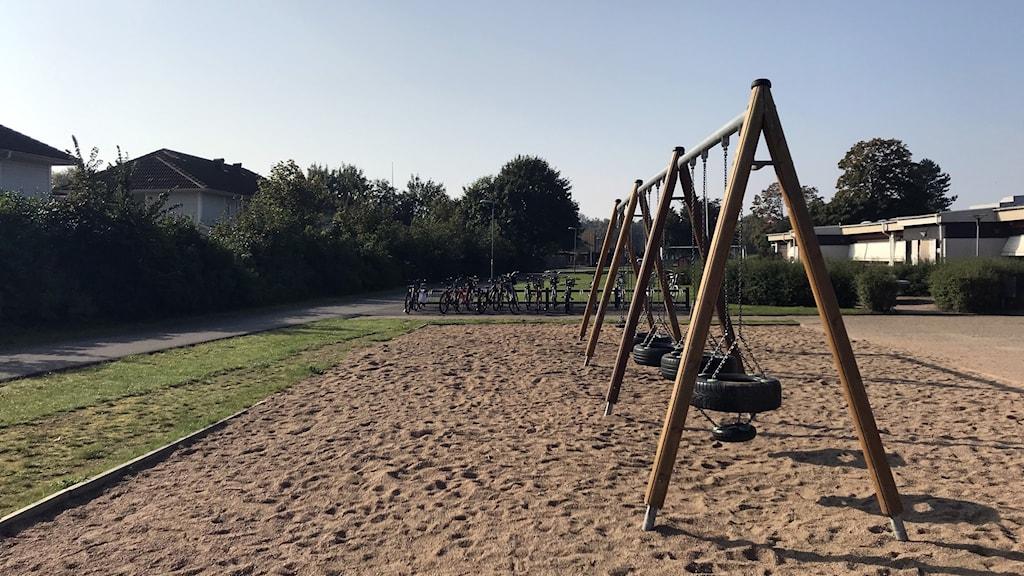 En gungställning på en skolgård.