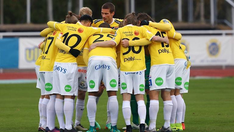 FFF, spelare står med armar om varandra inför match