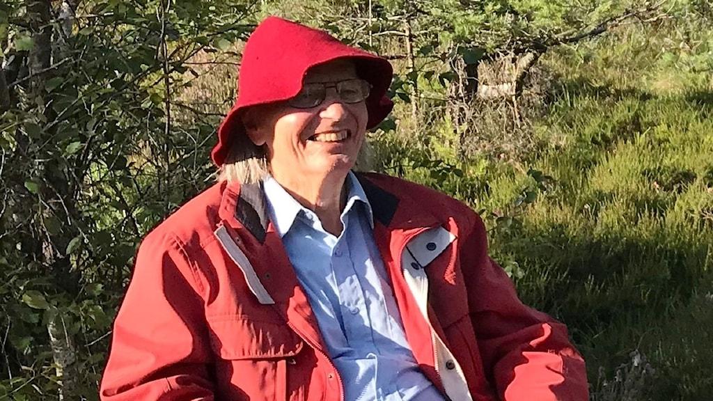 Poeten och visdiktaren Alf Hambe på plats på en stol i Undars Mosse.