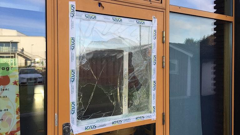 Krossat fönster som lagats med tejp