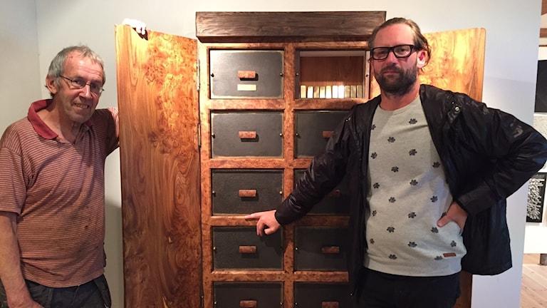 Möbeltillverkaren Anders Ölund och designern Marcus Sjögerén framför sitt skåp på Falkenbergs designmuseum RIAN.