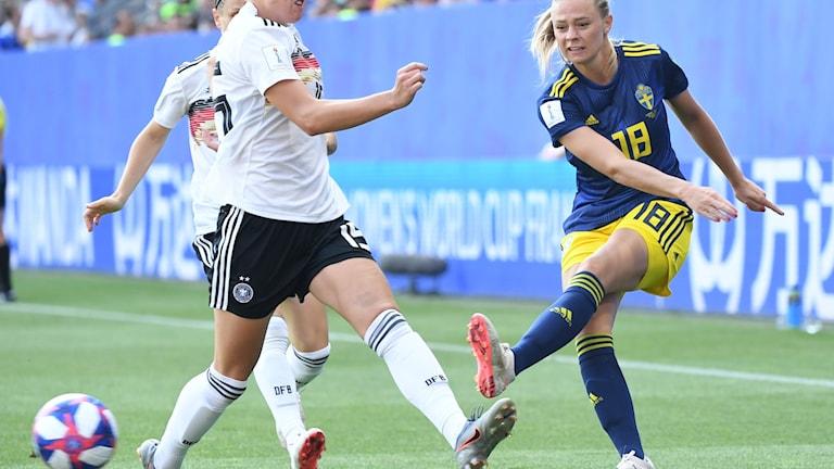 RENNES 20190629  Sveriges Fridolina Rolfö mot tyska spelare under kvartsfinalen mellan Tyskland och Sverige på Roazhon Park i fotbolls-VM. Foto: Jonas Ekströmer / TT