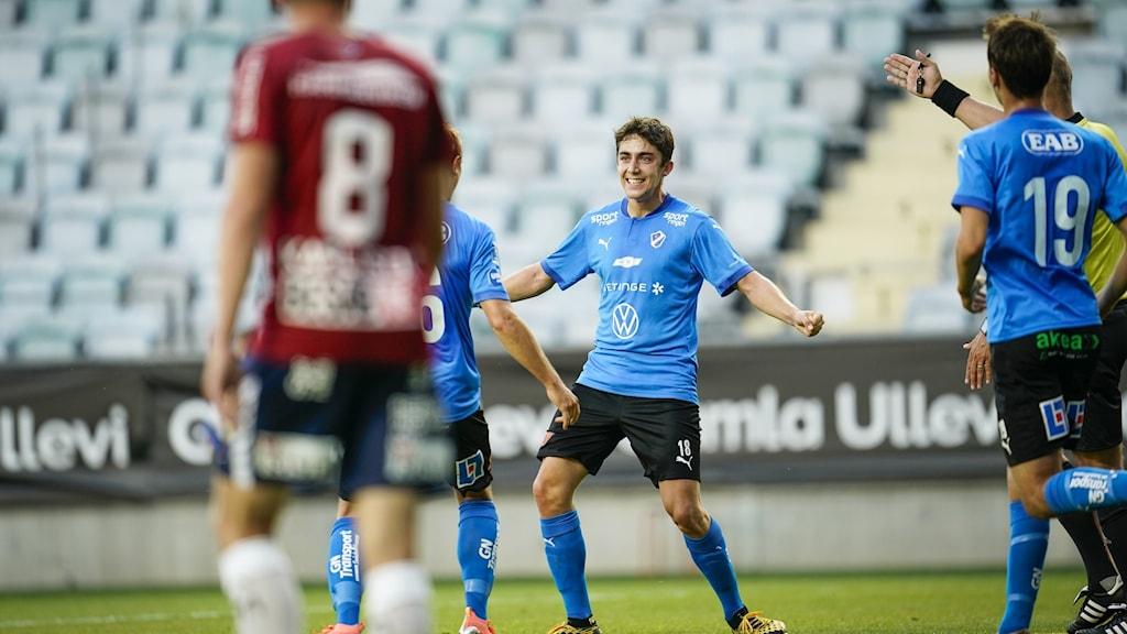 Fotbollspelare firar ett mål