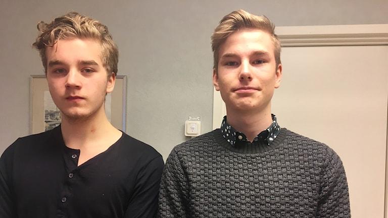 Niondeklassarna Oliver Petersfelt och Nils Berg vill ha fler ergonimiska stolar till Kapareskolan.