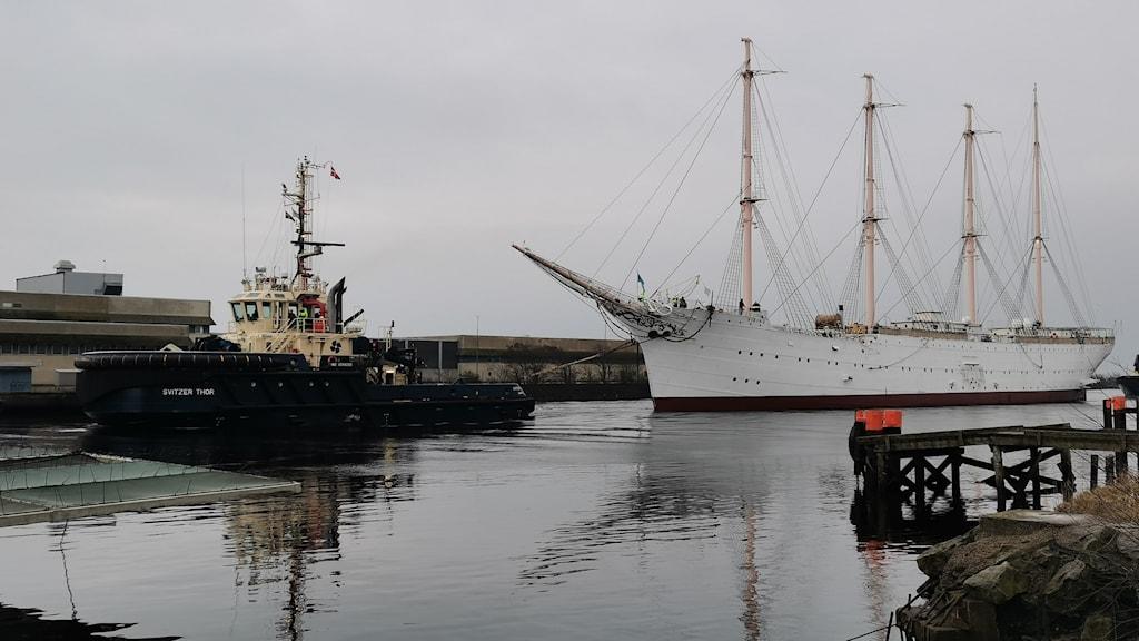 Viking är ett segelfartyg riggat som fyrmastad bark. Fartyget byggdes i Köpenhamn 1906 och var i början av sin karriär danskt skolskepp, därefter fraktfartyg. År 1951 köptes Viking av Göteborgs stad och har sedan dess legat vid Lilla Bommen i hamnen, först som stationär sjömansskola.