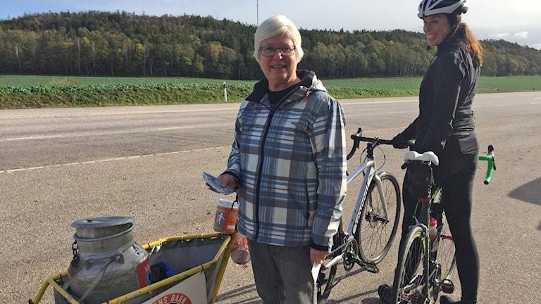 Irene Ivarsson skänkte en slant. På bilden syns även cyklisten Frida Fernbrant.