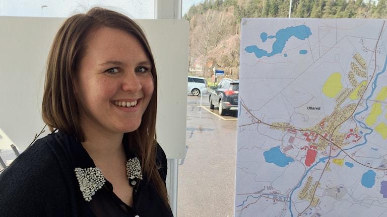 Karin Torstensson, landsbygdsutvecklare i Falkenbergs kommun framför en karta över Ullared.