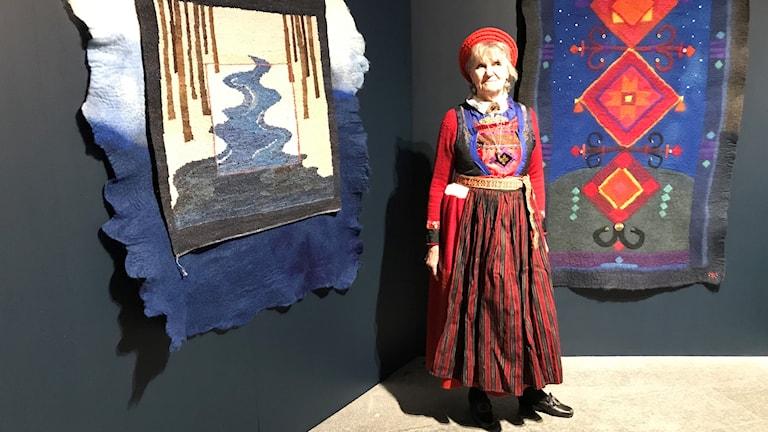 Textilkonstnären Kerstin Paradis Gustafsson framför sina egna konstverk, inspirerade av den kirgiziska hantverkstraditionen.