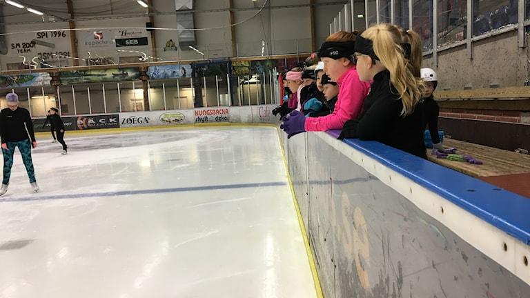 Gruppen Lila och Ljuslila väntar ivrigt på att få ge sig ut på isen och träna med Kim Ryan Lewis.