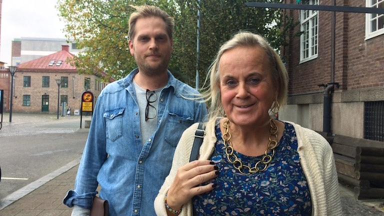 Porträttbild på en kvinna i förgrunden och en man i bakgrunden.
