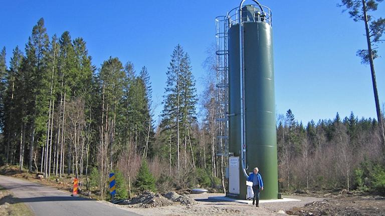 Hylte kommuns första kalksilo - toppmodern vid Skärke å. Foto: Göran Frost/Sveriges Radio
