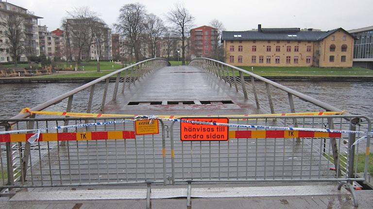 Gångbron är avspärrad efter kabelbranden. Foto: Göran Frost/Sveriges Radio