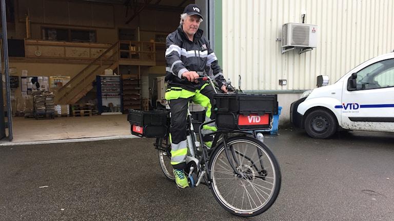 David Firmager filialföreståndare för VTD och Varbergsbil är nöjd med de nya elcyklarna.