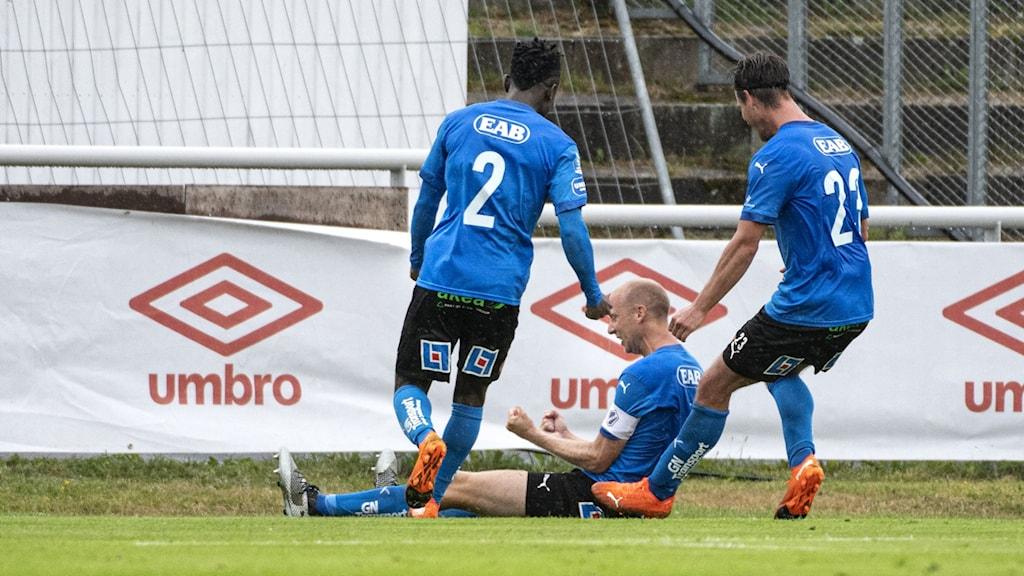 Tre spelare i Halmstads BK samlas för att jubla efter ett mål mot Degerfors