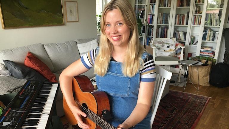 Jenny Almsenius med sin gitarr.