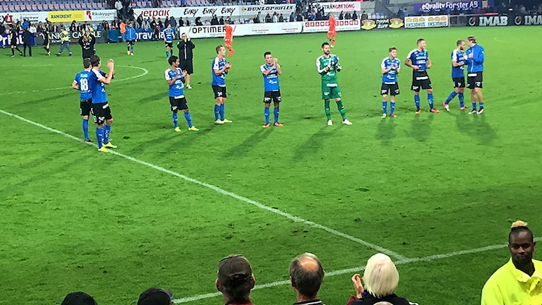 Spelarna i Halmstad BK tackar publiken efter 3-0-segern mot Varbergs BOIS. Foto Sveriges Radio.