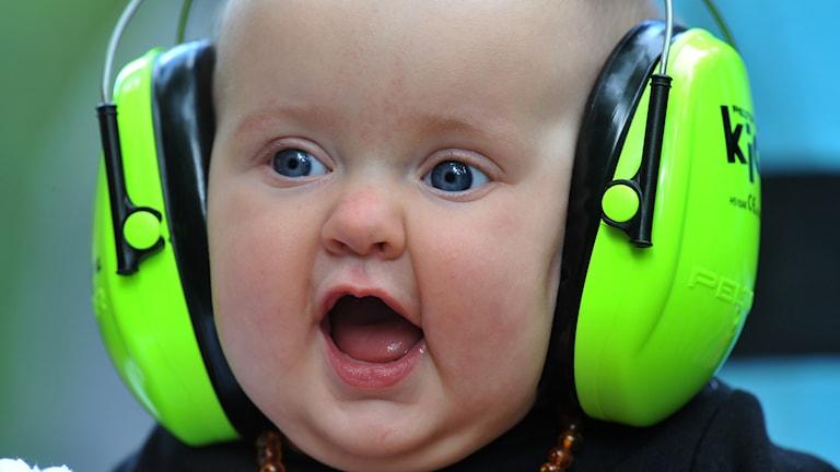 Bebis med hörselskydd.