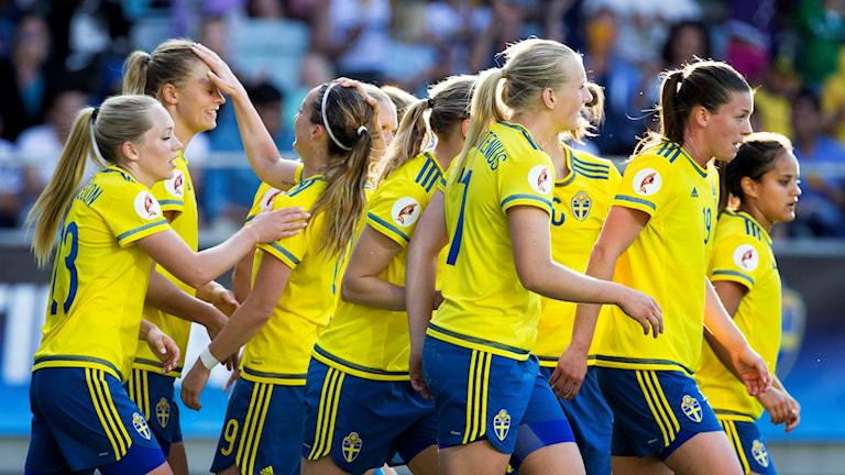Fridolina Rolfö klappas om efter sitt första mål av två mot Moldavien i EM-kvalet 2016. Foto: Thomas Johansson/TT.