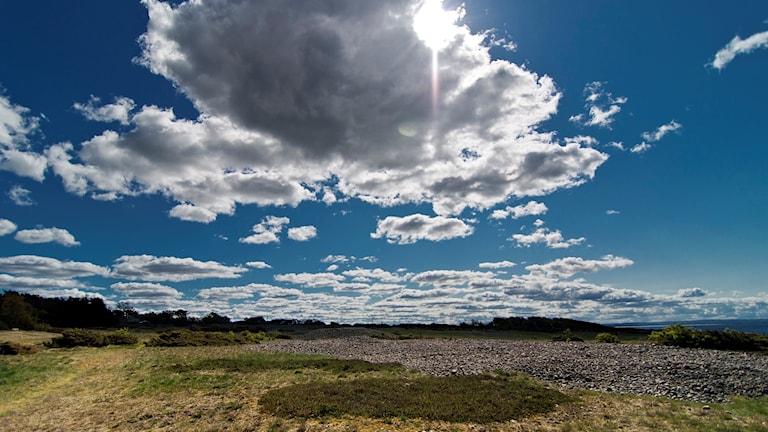 Moln skymmer solen över klapperstensgravfältet i Påarp utanför Halmstad. Foto: