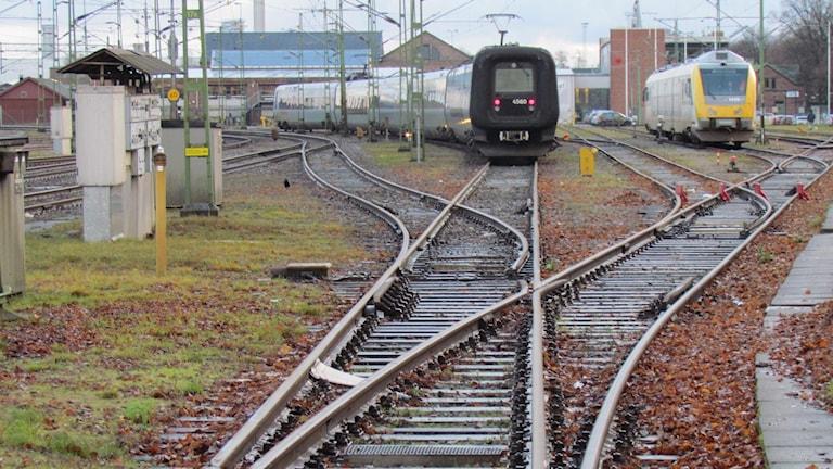 Räls och tågvagnar.