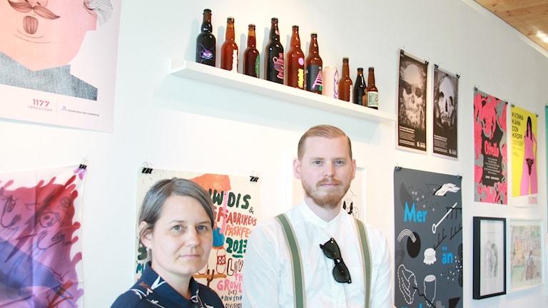 Konstnärliga ledaren Frida Talik och Museiansvarige Jonas Heinz på invigningen av teckningsmuseets jubileumsutställning.