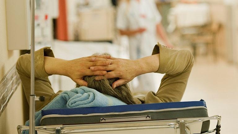 Person som ligger på sjukhusbädd. Arkivbild.