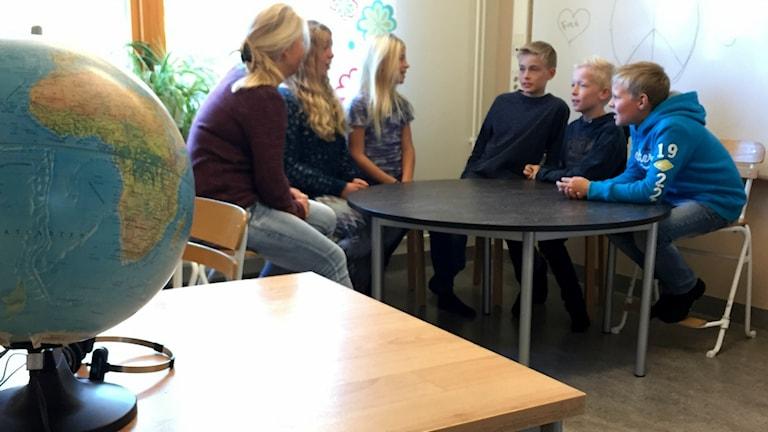 Lärarinnan Jennie Kelloniemi samtalar med eleverna Cornelia, Anna, Walter, Emil och Daniel om fred.