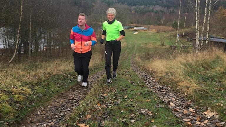 Henrik Persson och Susanne Johansson joggar tillsammans och tränar inför Henriks mål, att springa från Simlångsgården till Stockholm nästa sommar.