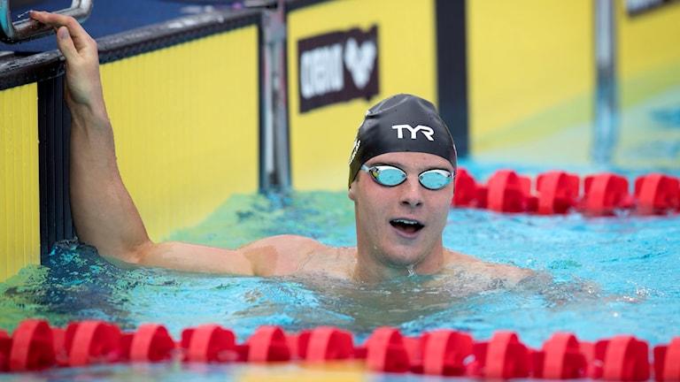 Erik Persson i en simbassäng, iklädd simglasögon.