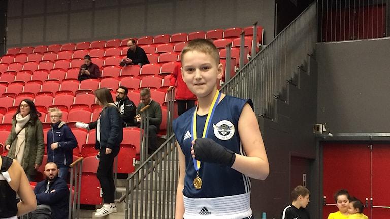 Arion Kahrimani, Halmstad Boxing Club, med ett SM-guld runt halsen. Foto: Patric Ljunggren/ Sveriges Radio