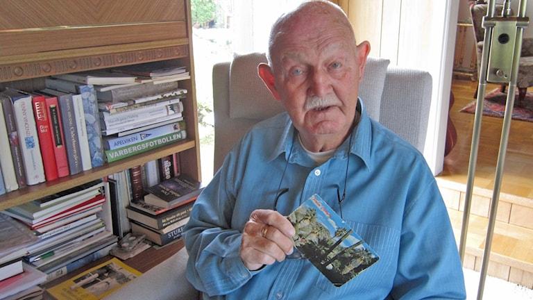 Roland Nilsson med ett av vykorten från Björn Borg