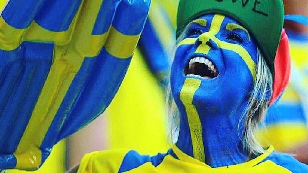 Sara Eskilsson från Gula väggen i Falkenberg med ansiktet målat som svenska flaggan.