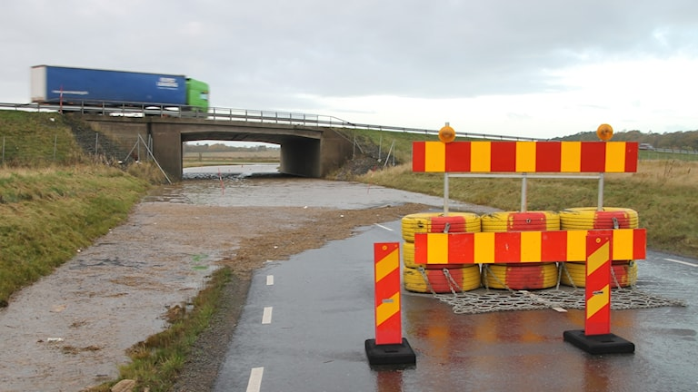 En väg som går under E6:an är översvämmad.
