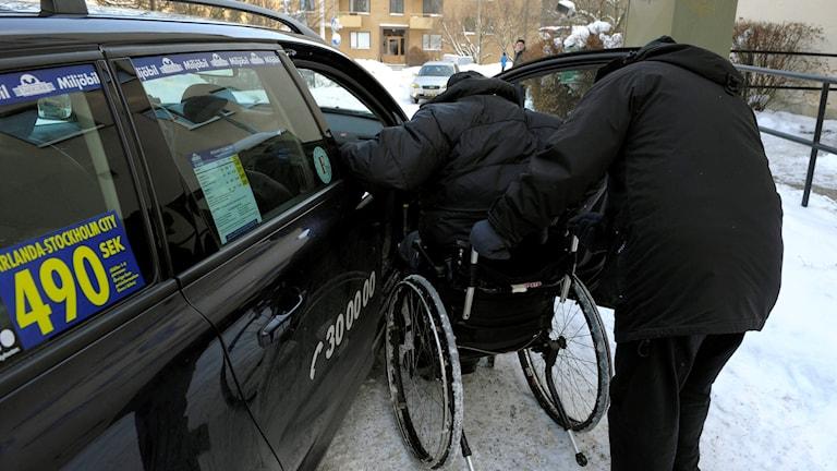 taxi hämtar upp rullstolsburen