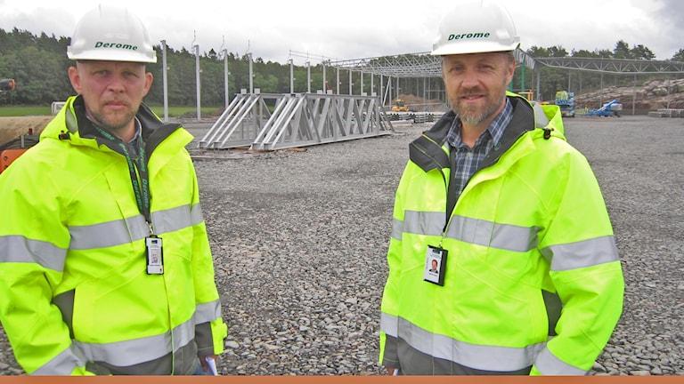 Magnus Andersson och Henrik Svahn vid bygget av husfabriken, tre fotbollsplaner stor.