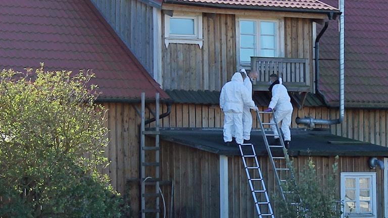 Brottsplatsundersökningen genomfördes av kriminalteknikerna på taket.