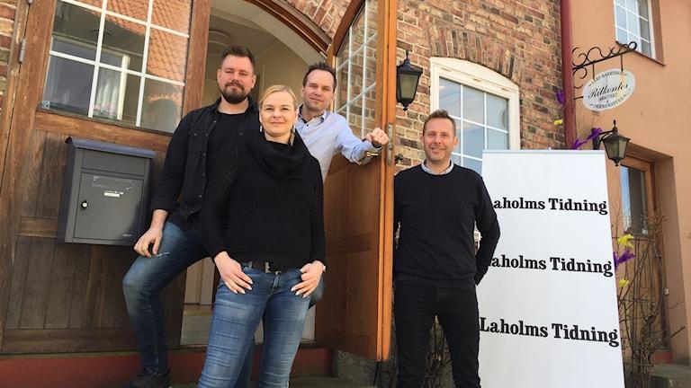 Den nya redaktionen på Laholms Tidning står framför ingången till lokalen.