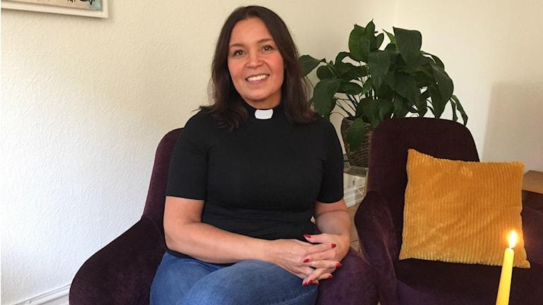 Prästen Maja Lundström tycker att det är viktigt att stanna upp och tända ett ljus för dem vi förlorat. Foto: Therése Alhult/Sveriges radio.