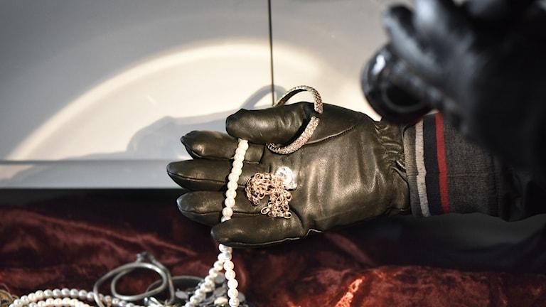 En inbrottstjuv stjäl smycken under ett inbrott i en bostad.