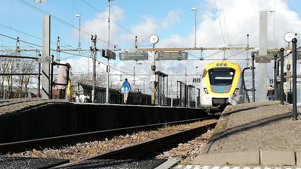 Varbergs station med ett tåg inne vid perrongen.
