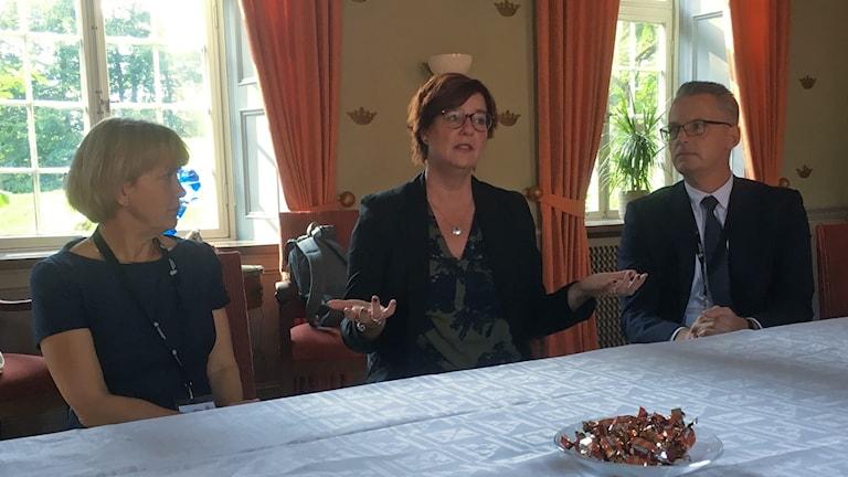 Landshövding Lena Sommestad, Anna Carlstedt, nationell samordnare mot Våldsbejakande extremism och Niklas Nordgren, beredskapsdirektör.