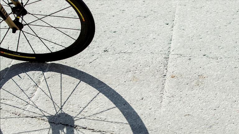 cykelhjul kastar skugga på marken