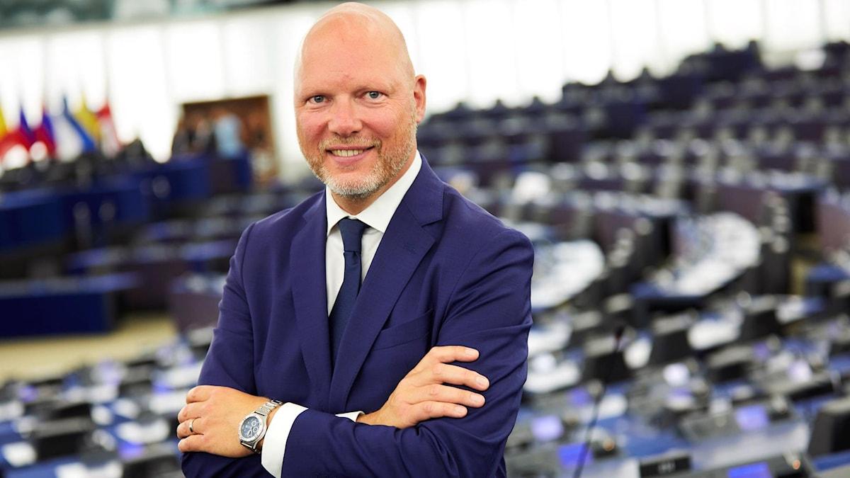 Man tittar in i kamera fram Europaparlamentet