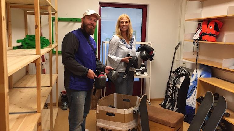 Henrik Cederlund från Halmstad skateboardklubb och Lisa Petrelius ansvarig för Fritidsbanken i Halmstad plockar upp inlämnade idrottsutrustning. Foto: Casper Sewerin/Sveriges Radio