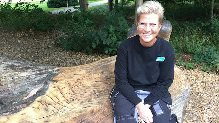 Cecilia Karlsson är inne på sitt 16:e år som parkarbetare i Laholms stadspark. Foto: Therése Alhult/Sveriges Radio.
