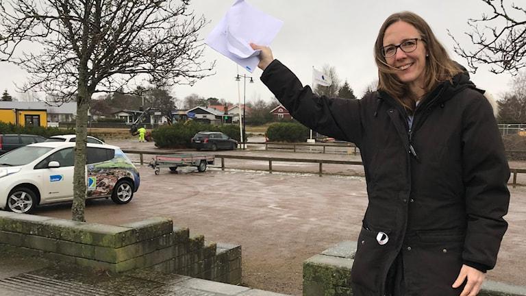 Politikerna har godkänt ett program för hur Mellbystrands centrum ska se ut. Linda Svederberg, planeringschef på Laholms kommun, pekar ut över platsen där det ska byggas.