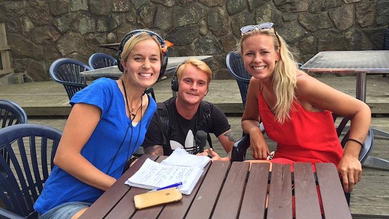 Solfångarna sitter vid ett bort på jazzfestival i Falkenberg med jazzsångerskan Hannah Svensson.