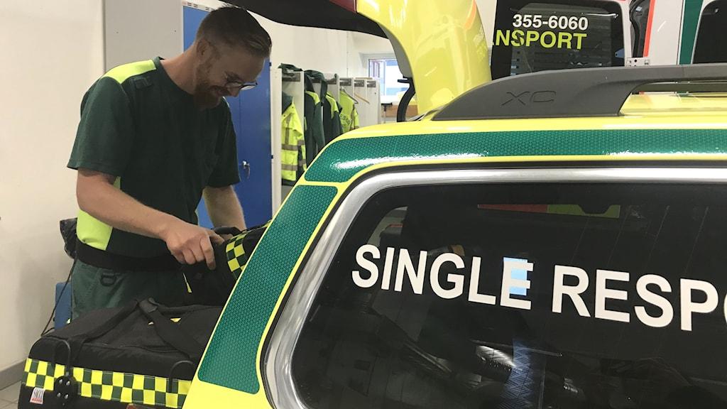 Johan Larsson, ambulanssjuksköterska i Kungsbacka står vid den nya enmansbilen.